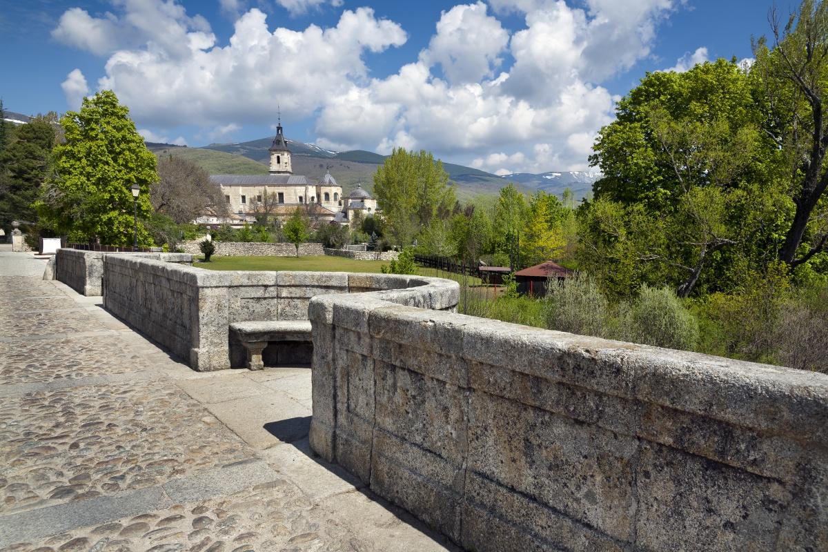 El Monasterio de El Paular desde el Puente del Perdón. Foto: Shutterstock.