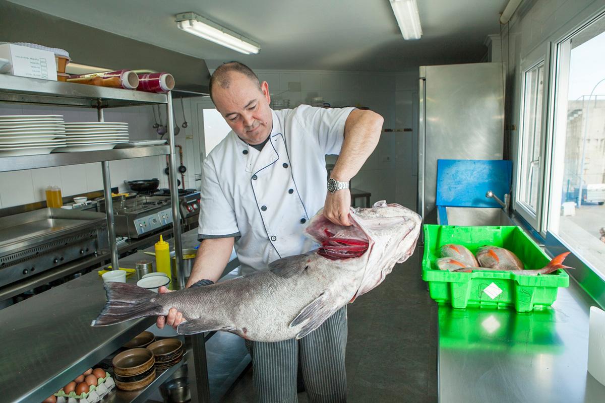 El chef de la casa limpia, trocea y cocina él mismo el pescado.