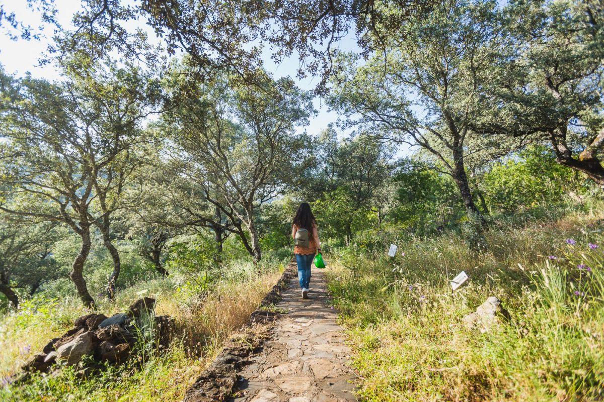 Recorriendo un sendero que une las cuevas en el exterior de las Cuevas de Fuentes de León, en la provincia de Badajoz.