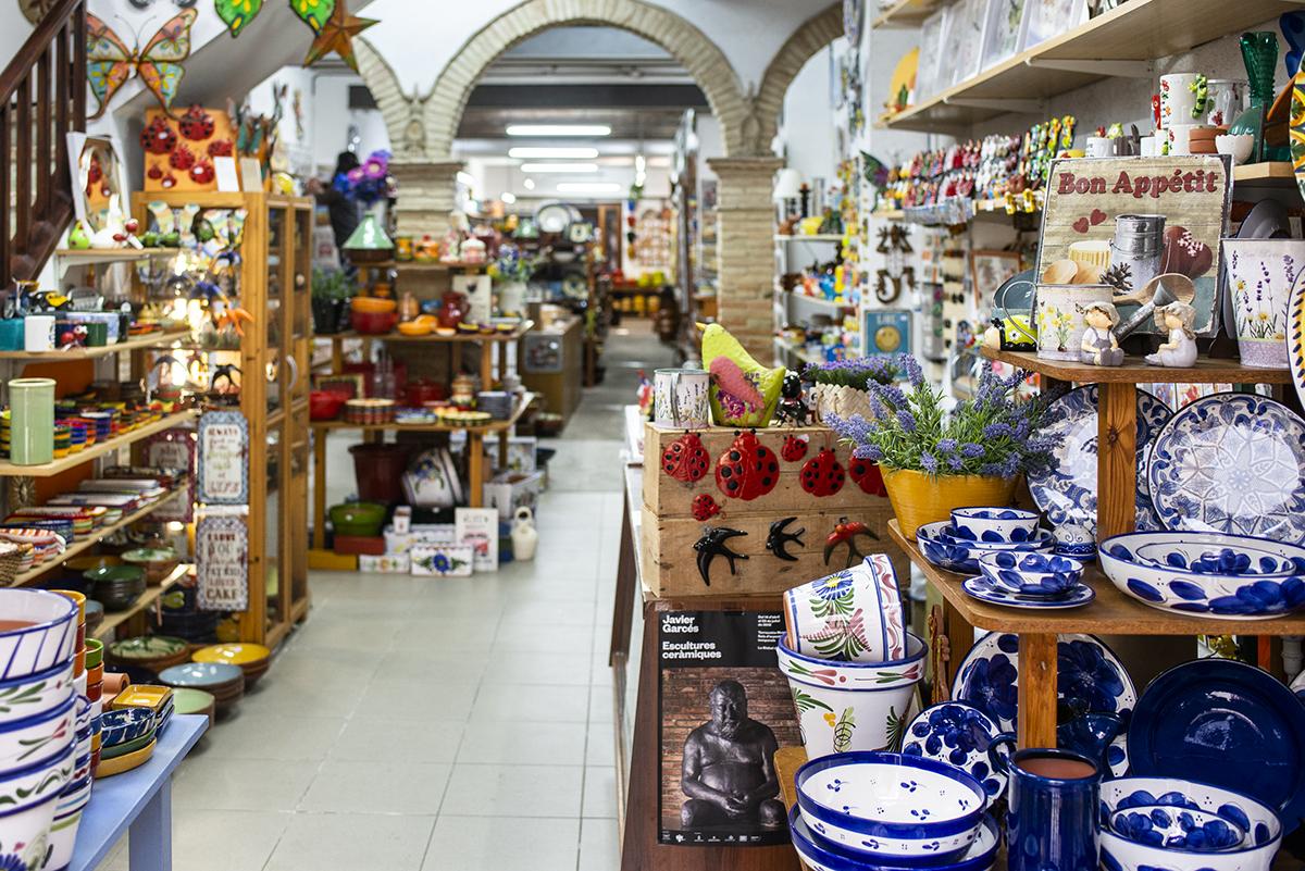 Las tiendas al pie de la calle-carretera principal de La Bisbal son una feria.