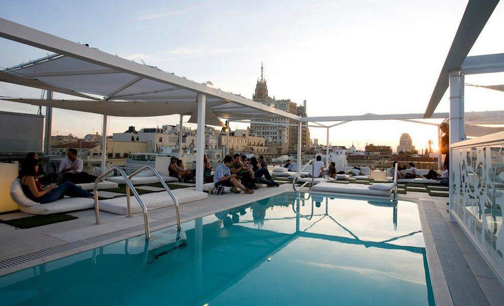 Terraza con piscina en el Room Mate Oscar