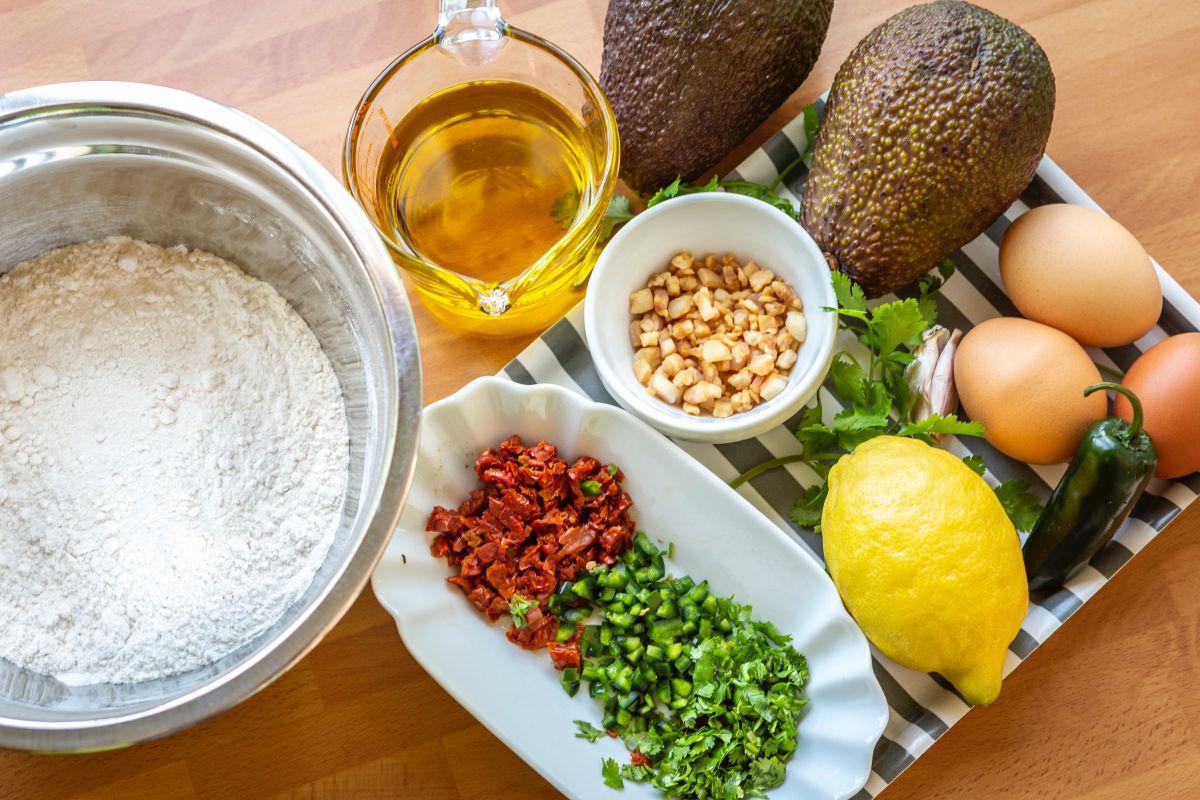 Ingredientes del bizcocho de aguacate con chile y papada frita.