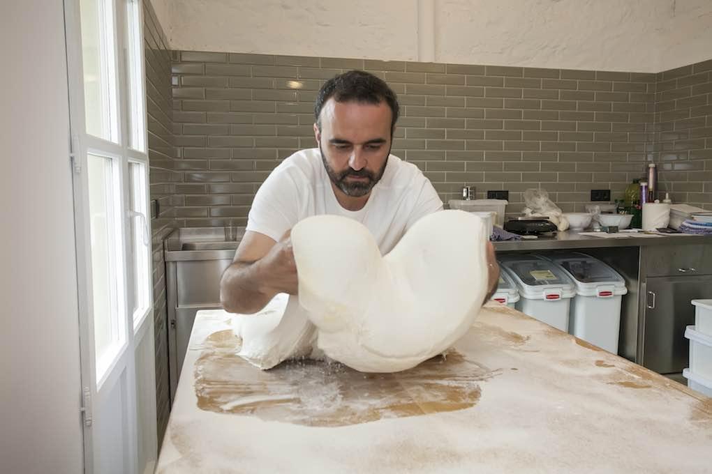 David hace la baguette con harina francesa y deja la masa en la nevera 24 horas.