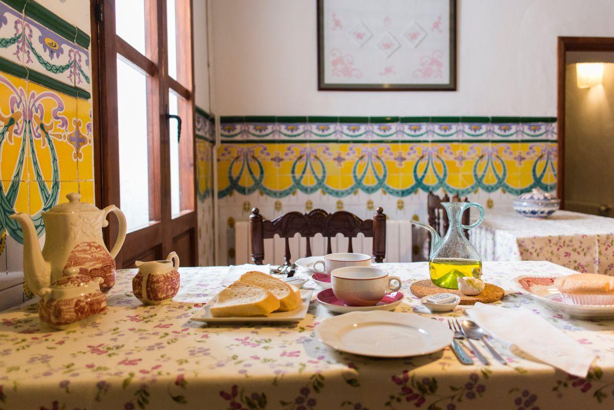 Desayuno en el alojamiento rural Casa Sastre Seguí, en Alpatró, Valle de la Gallinera, Valencia.