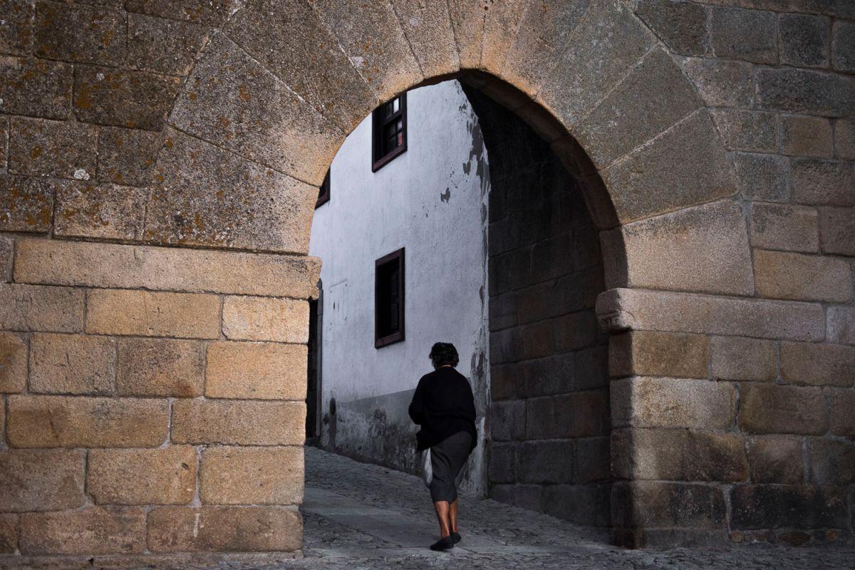 Una vecina bajo un arco en Miranda de Douro. Foto: Manuel Ruiz Toribio