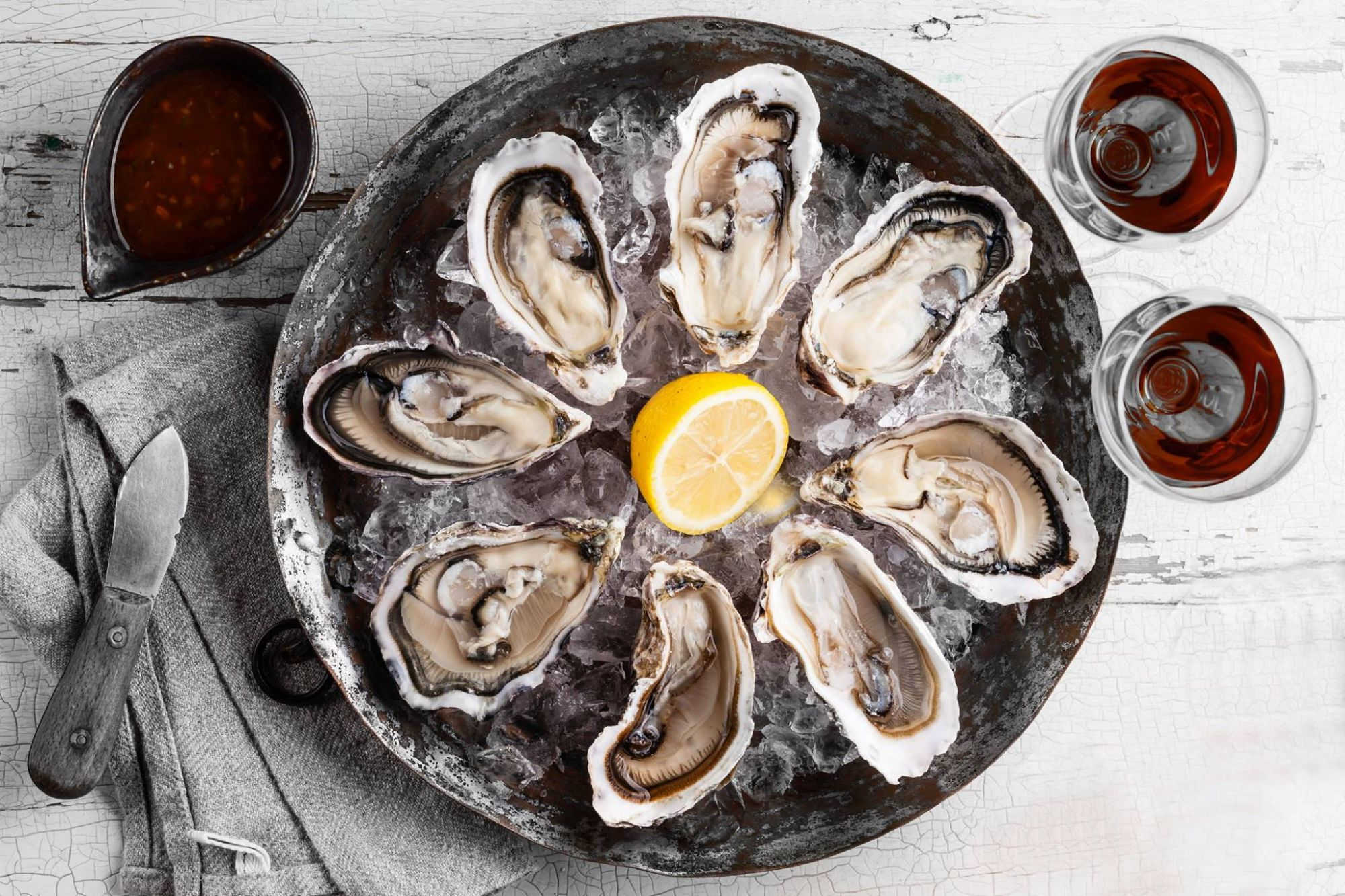 En el mercado, además de ostras como estas, encontrarás salazones, conservas, caviar ruso... Foto: Ostrarium.