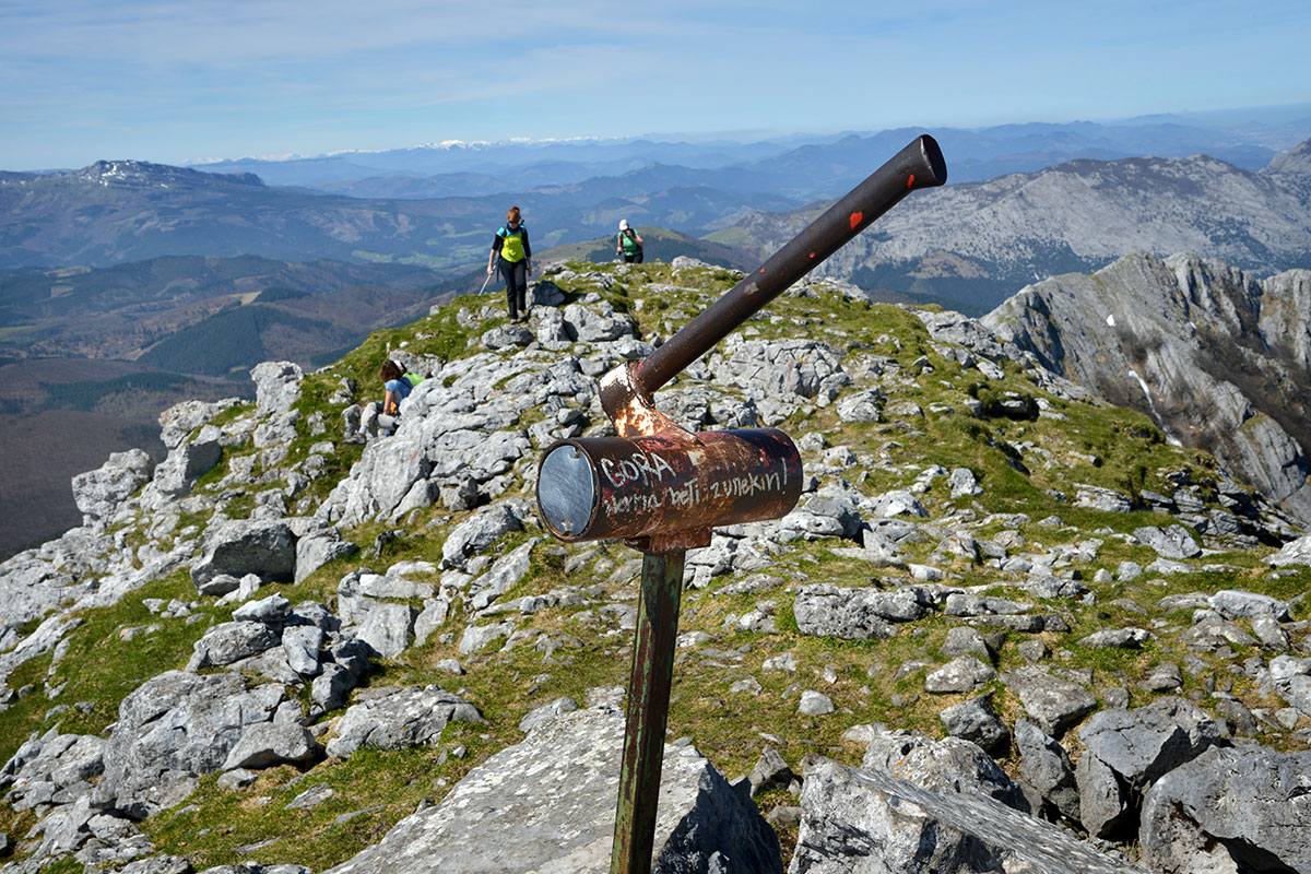 Amboto: Buzón de la cima del Amboto, donde los montañeros dejan sus tarjetas de visita. Foto: Alfredo Merino | Marga Estebaranz