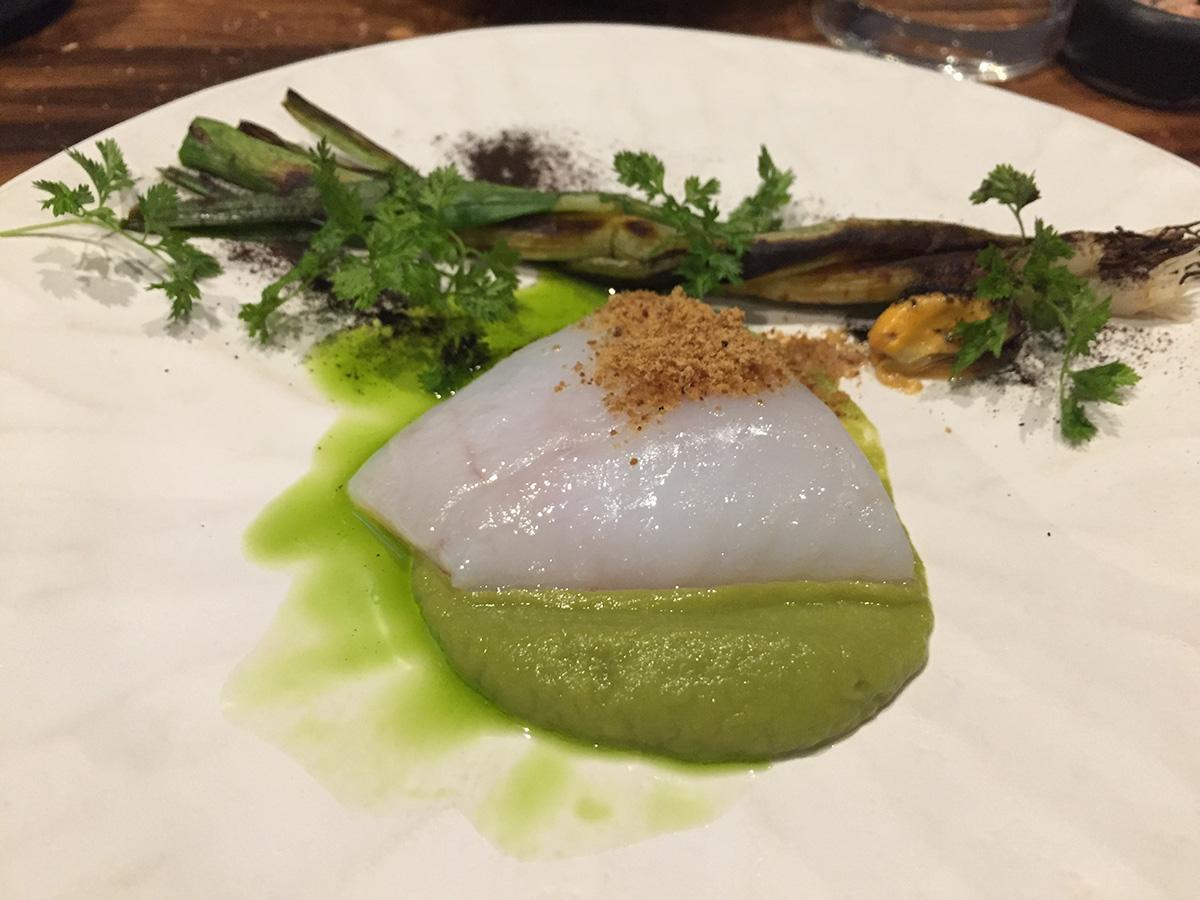 El chef inventa los platos en función del producto de temporada. Aquí el pescado muxu martin.