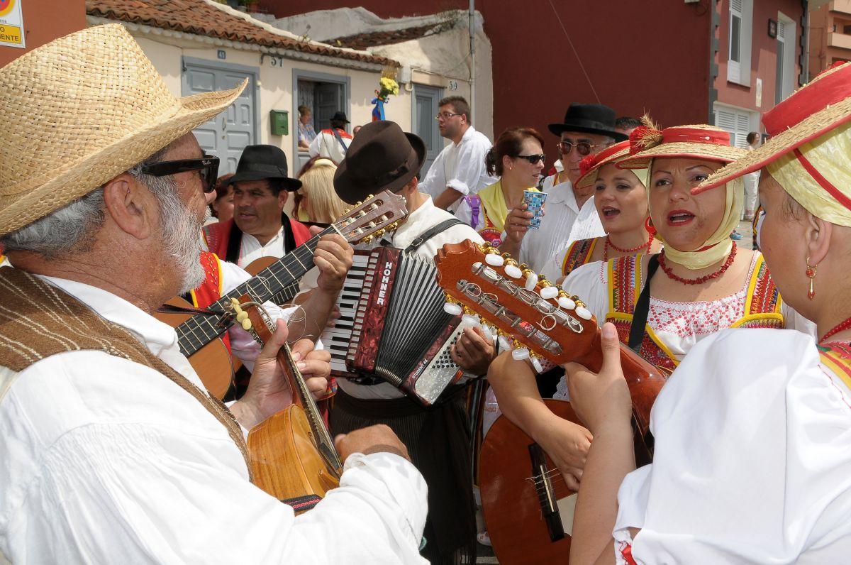 Unos romeros durante la romería de La Orotava, en Tenerife, cantando y tocando.