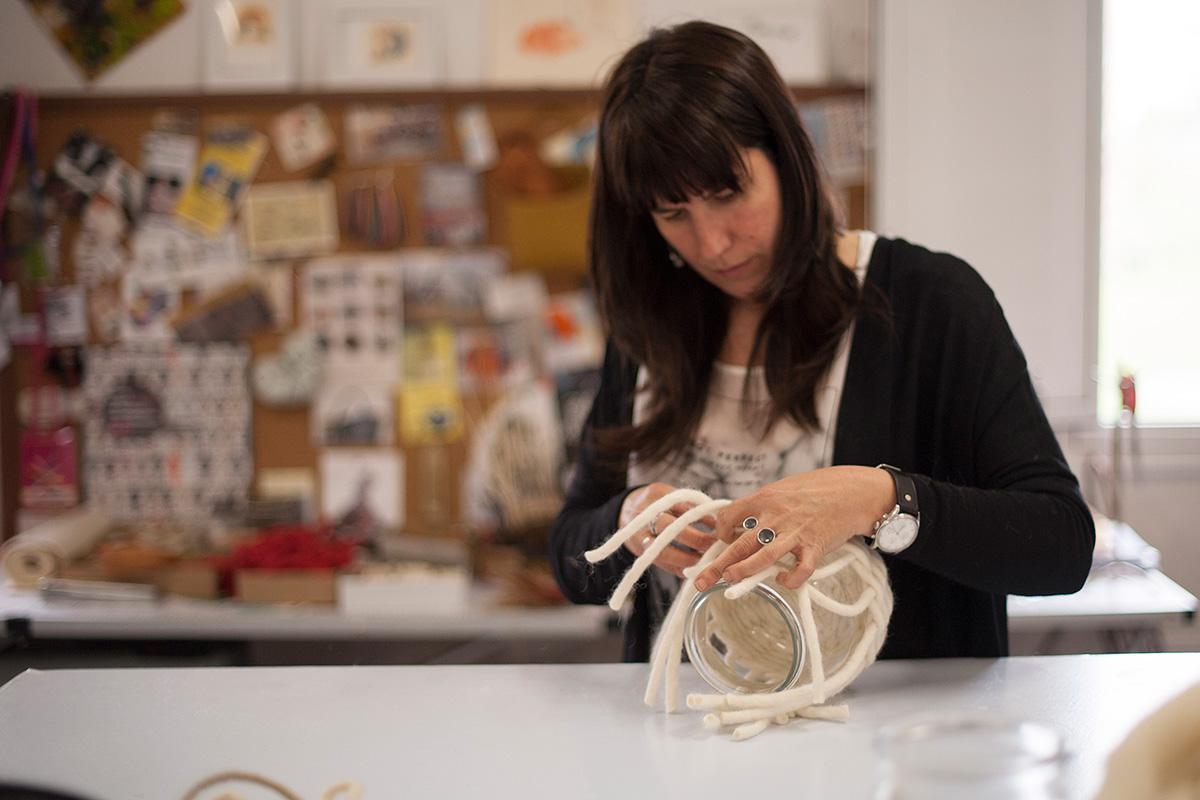 La artista trabaja con diferentes tipos de materiales naturales. Foto: Idoia Cuesta