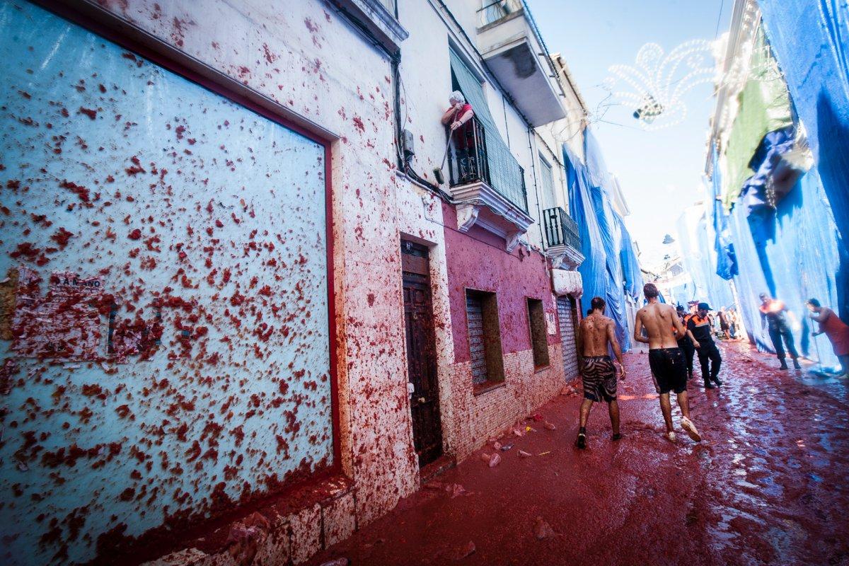 Muchas de las fachadas del pueblo se cubren con plásticos para protegerse de las manchas.