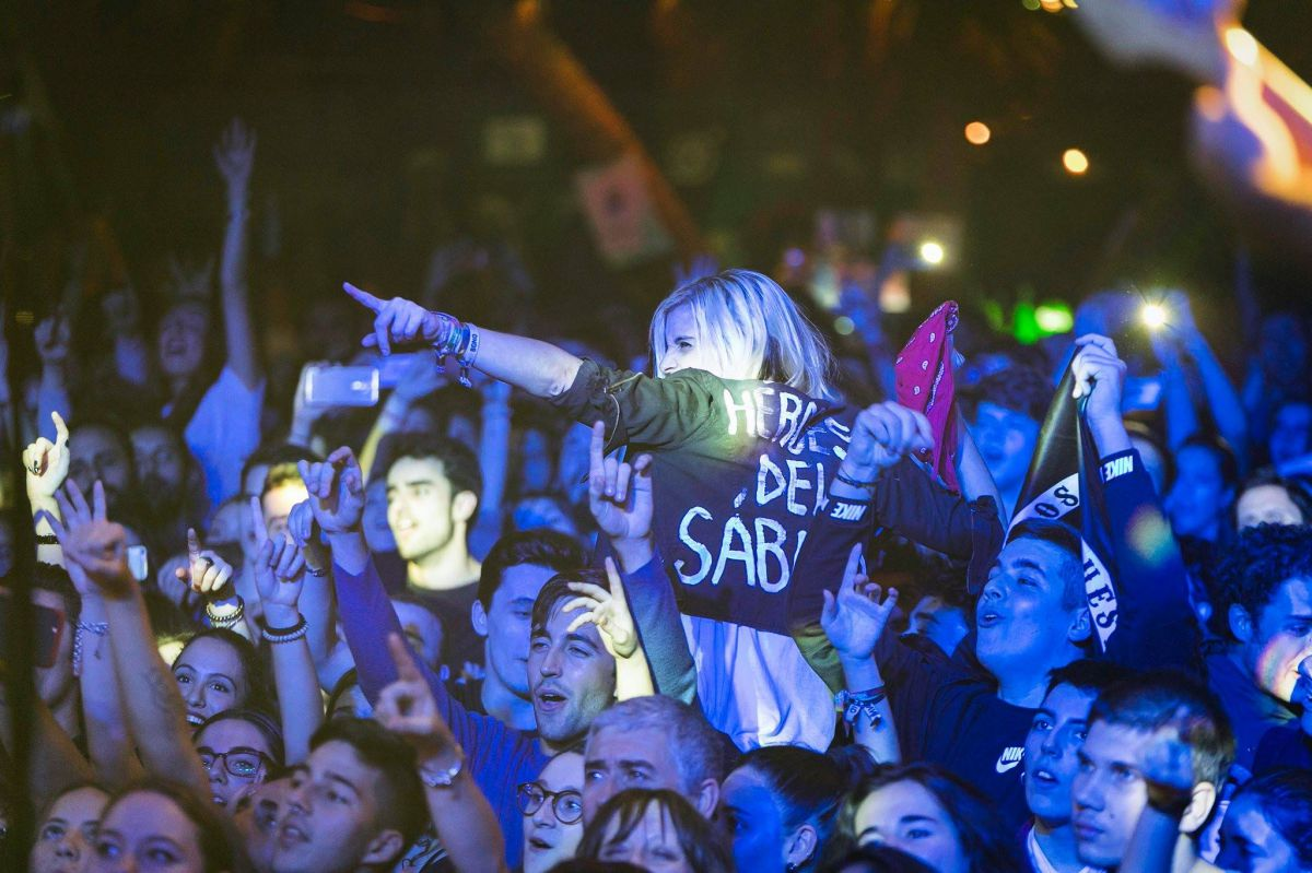 El público entregado durante un concierto de La Moda.