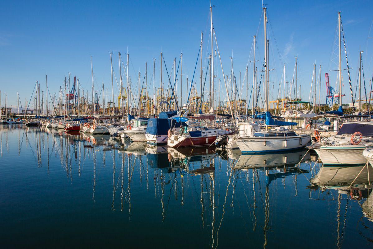 Vista de los barcos de vela en el Real Club Naútico de Valencia.
