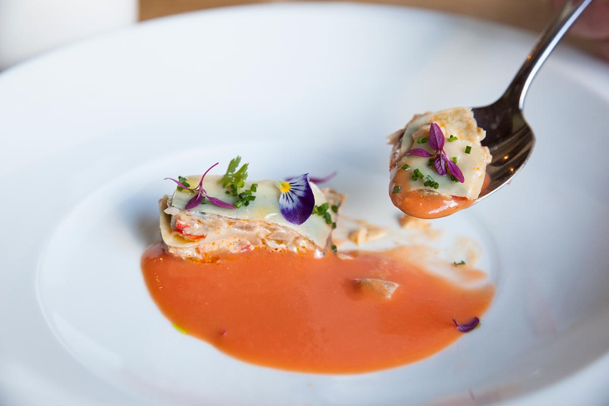 Restaurante Eme Be Garrote Grill: Lasaña fría de anchoa en gazpacho vasco. Foto: Garikoitz Díaz