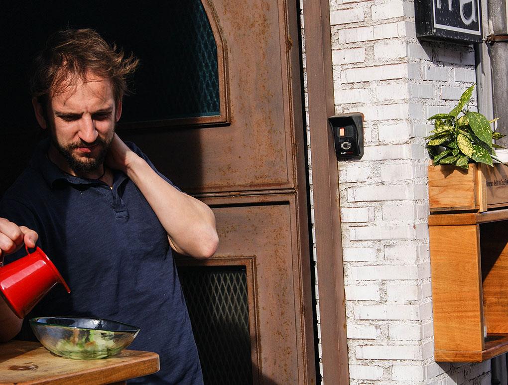 Miguel Ángel sirve la sopa a las puertas del restaurante 'Umma'.