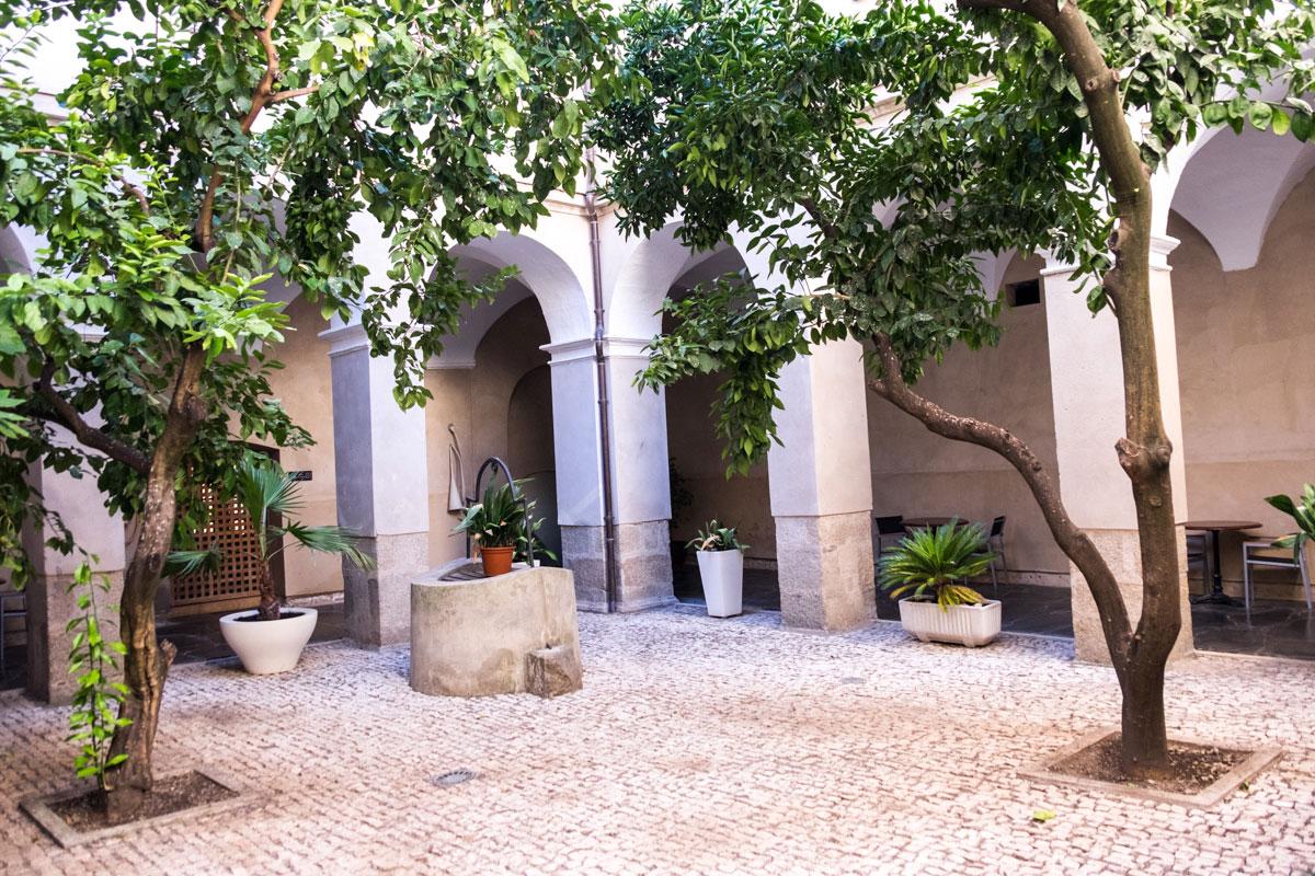 El claustro del antiguo convento ahora funciona como patio de enlace en el alojamiento.