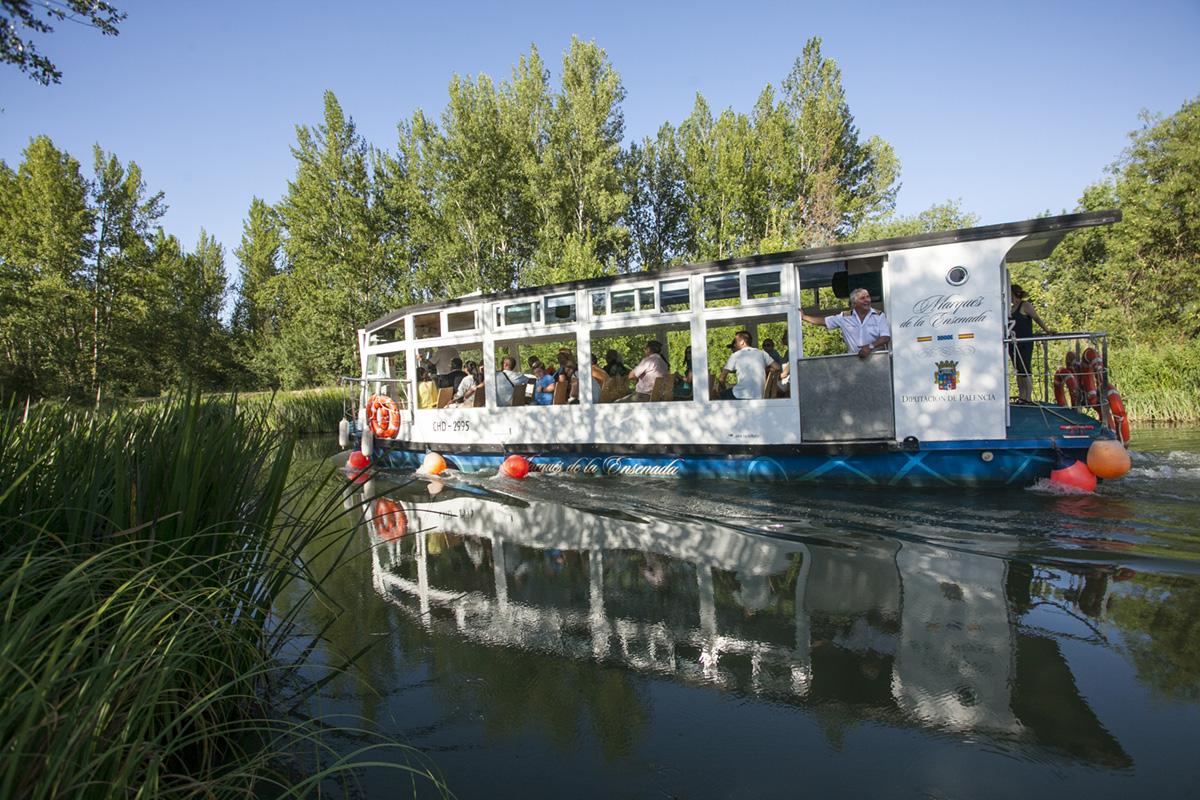 De paseo en el único canal navegable de España, el de Castilla.