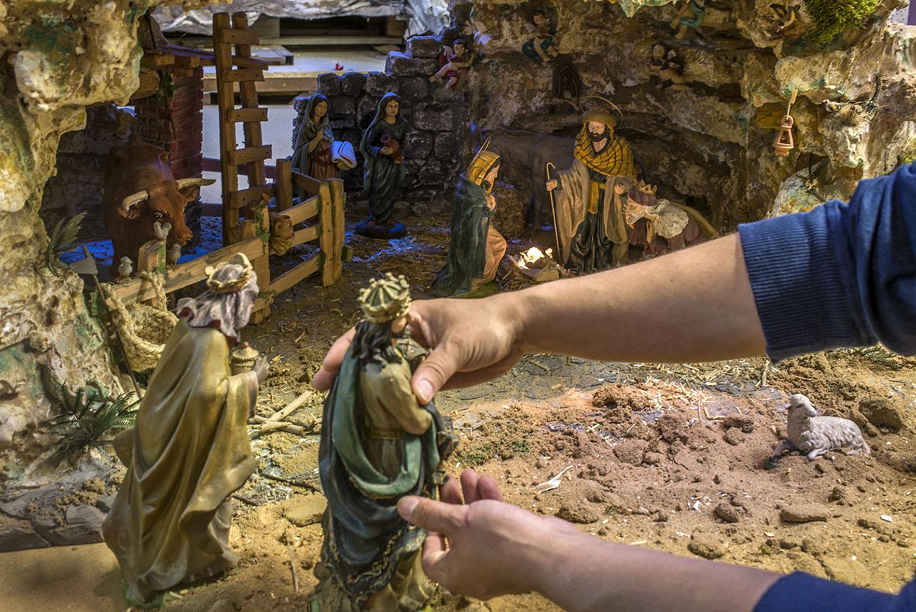 La Virgen, San José y los Reyes Magos se van viendo en distintas escenas del nacimiento.