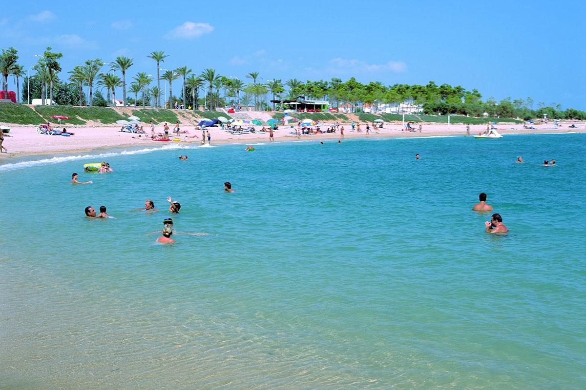 Aguas claras, palmeras y arena clara, ¿alguien da más en Fora del Forat? Foto: Turismo de Castellón