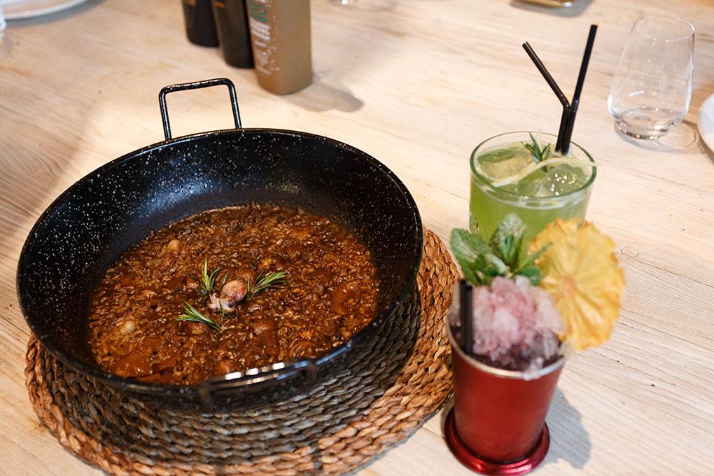 Atrévete a un sabroso arroz acompañado de un refrescante cóctel.