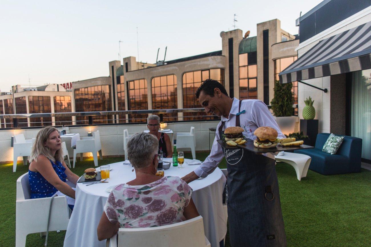 Azotea 'La Terracita del SH Valencia Palace': clientes en la terraza con camarero