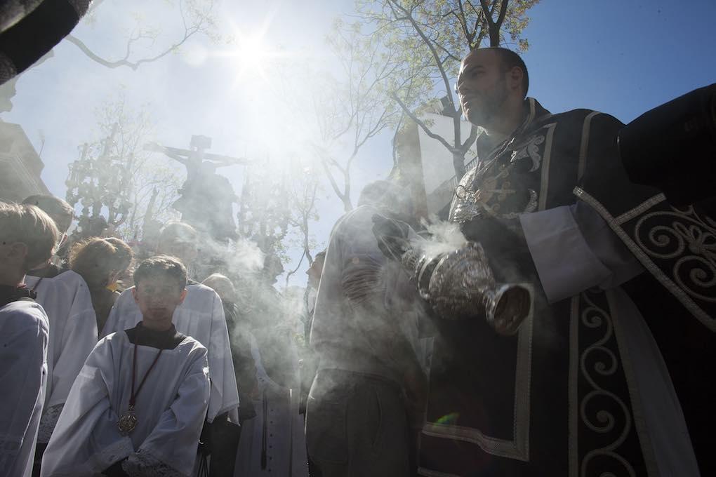 Acólitos y monaguillos que preceden a los pasos en los cortejos procesionales. Foto: Ayto. Sevilla