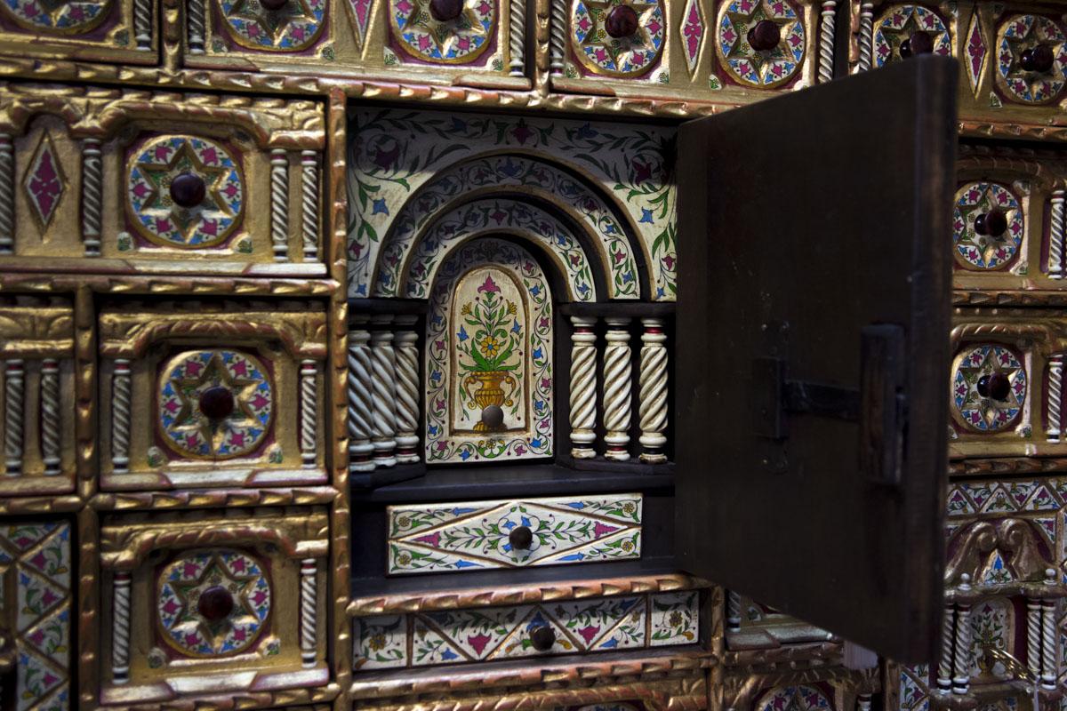 Interior de una puerta de un mueble policromado de estilo renacentista con balaustres salomónicos.