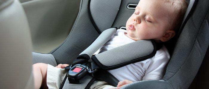 Las sillas con arneses son las más seguras para los niños.