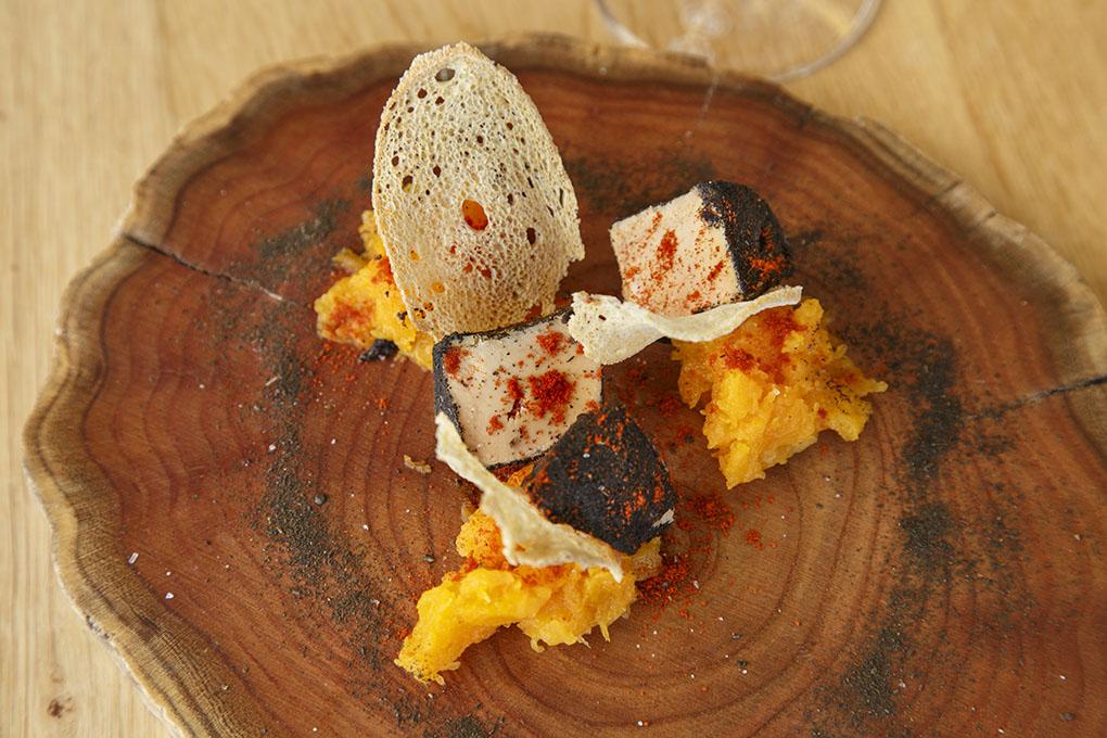 Terrina de hígado de pato, cuyo sabor se potencia con el té lapsang, acompañada de pimentones y calabaza.