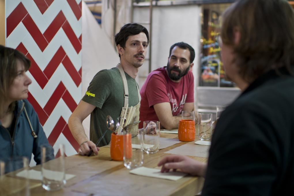 Roberto cuenta a los clientes esos platos que ha improvisado hoy al toparse una materia prima seductora.