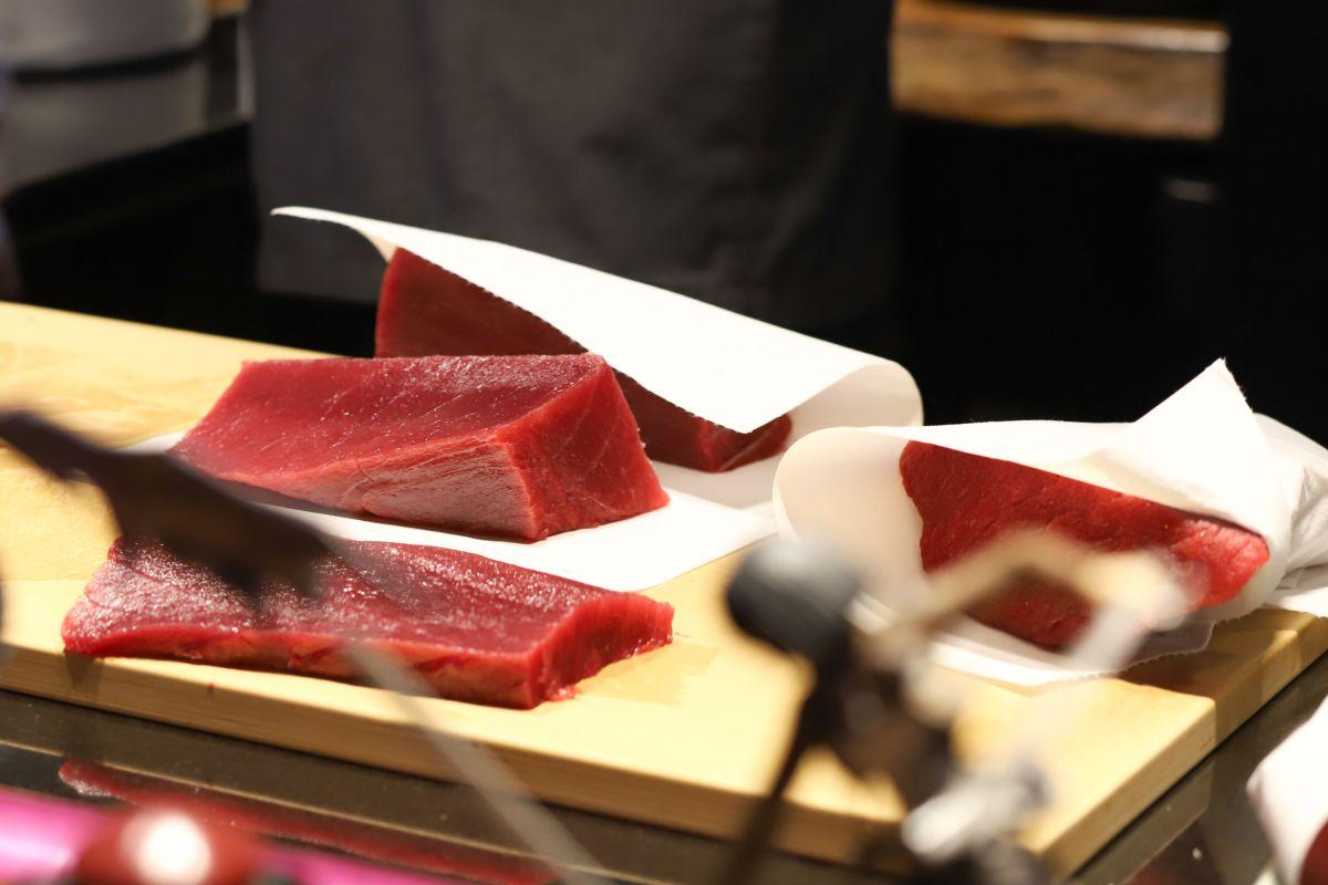 El corte del atún rojo, en la cocina vista del restaurante.