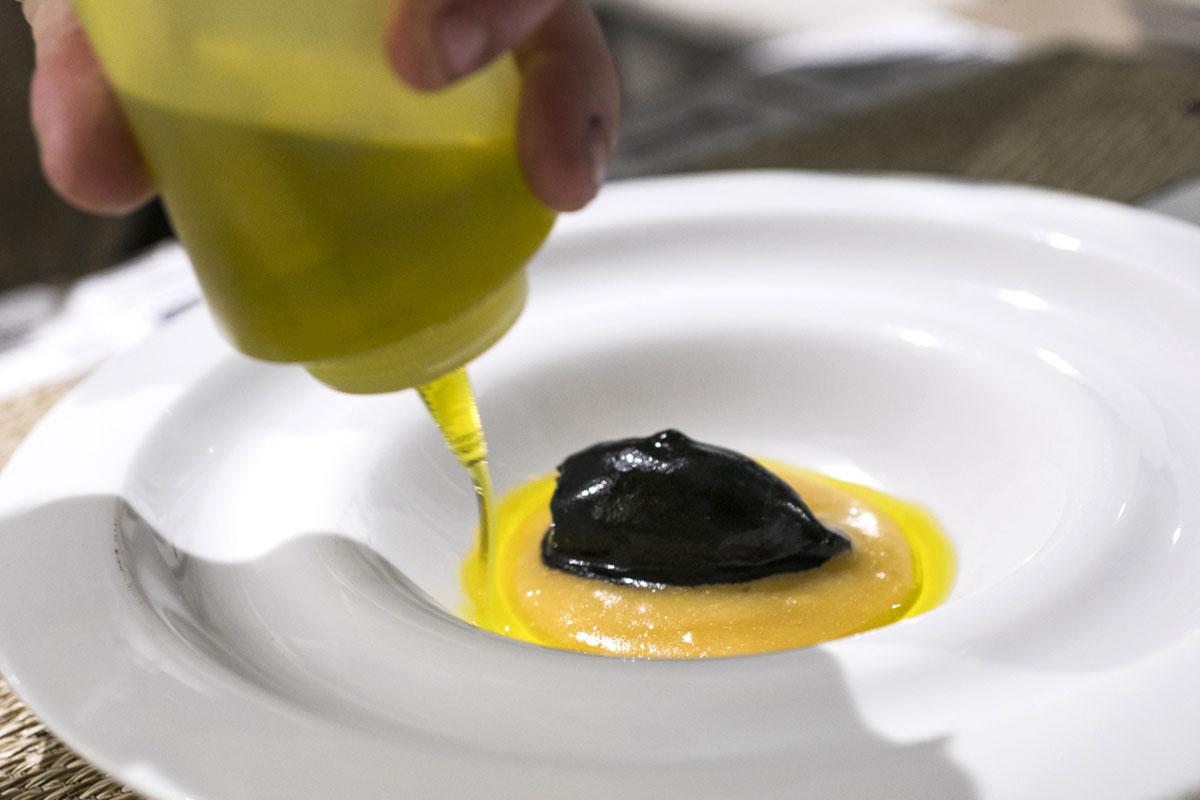 Chipiron relleno de blanquet con crema de hervido valenciano y su tinta.