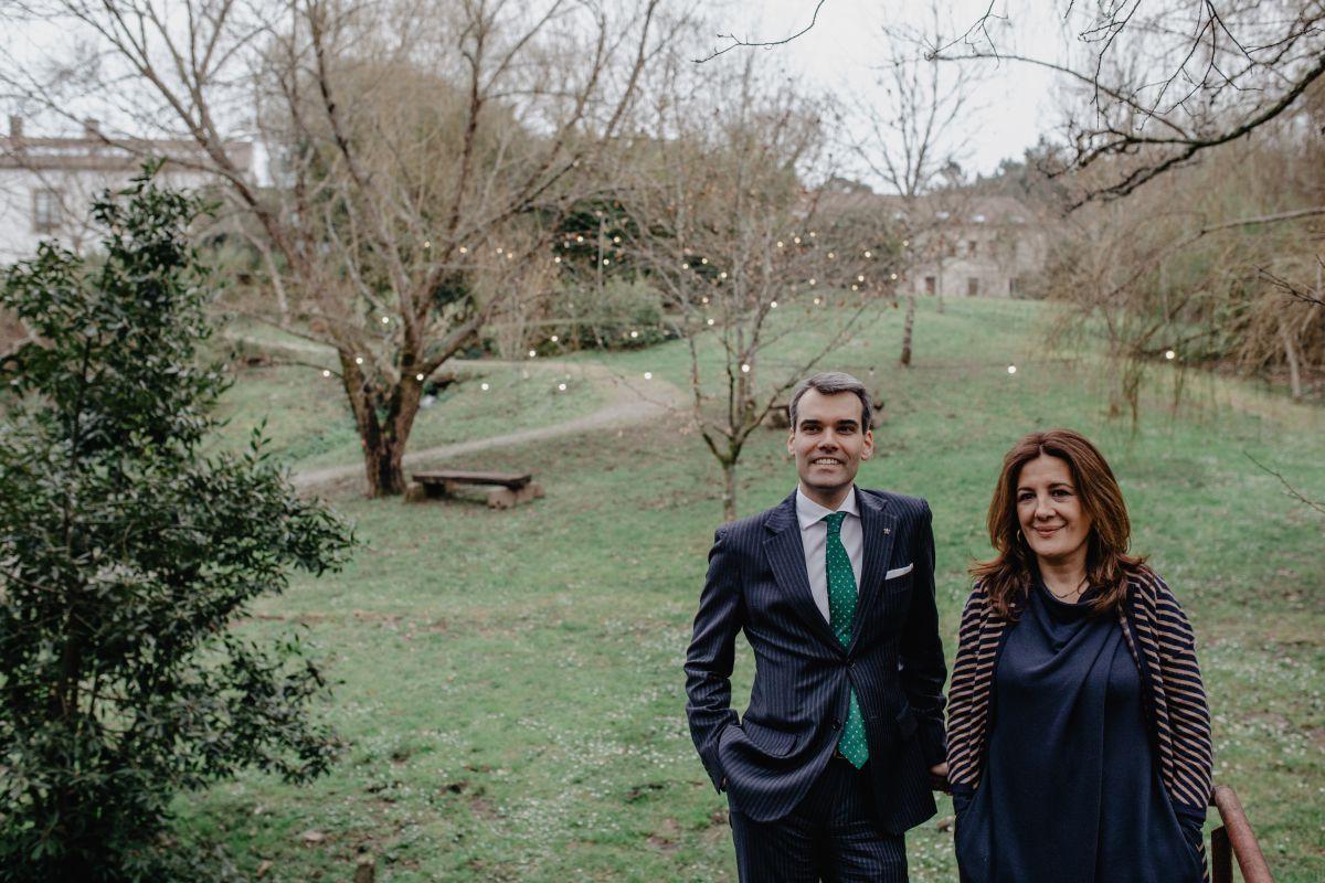 Daniele y Luisa, en el exterior de 'A Quinta', donde se celebran ceremonias y otros saraos.