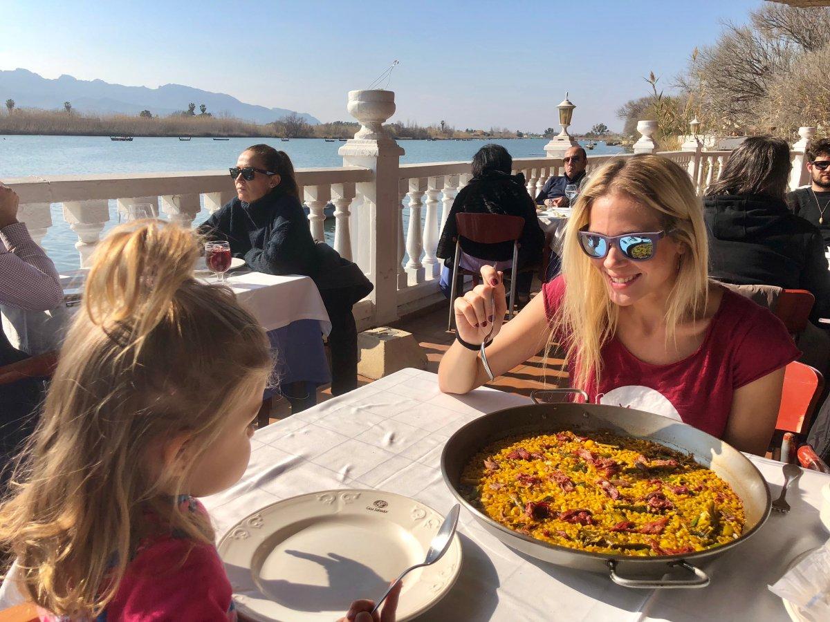 Disfrutando de una paella valenciana en 'Casa Salvador' (Cullera).