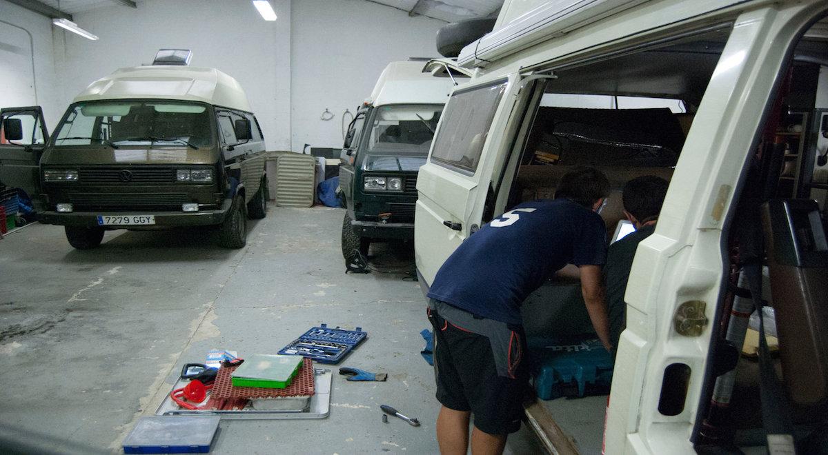 El taller donde se reparan y 'tunean' las furgonetas. Foto: Pedro.