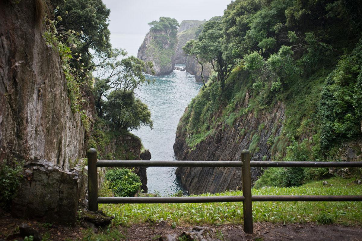 Acantilados y cuevas prehistóricas. Imposible sustraerse a la magia prehistórica desde este lugar. Foto: Sofía Moro.