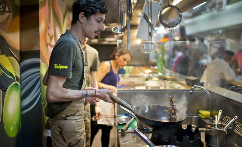 Roberto meneando las setas shiitake.