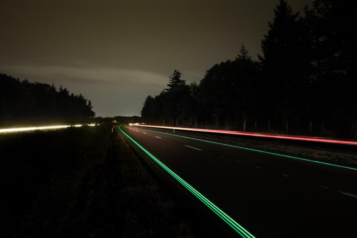 Pigmentos que absorben la energía del sol para iluminar autopistas. Foto: Daan Roosegaarde.