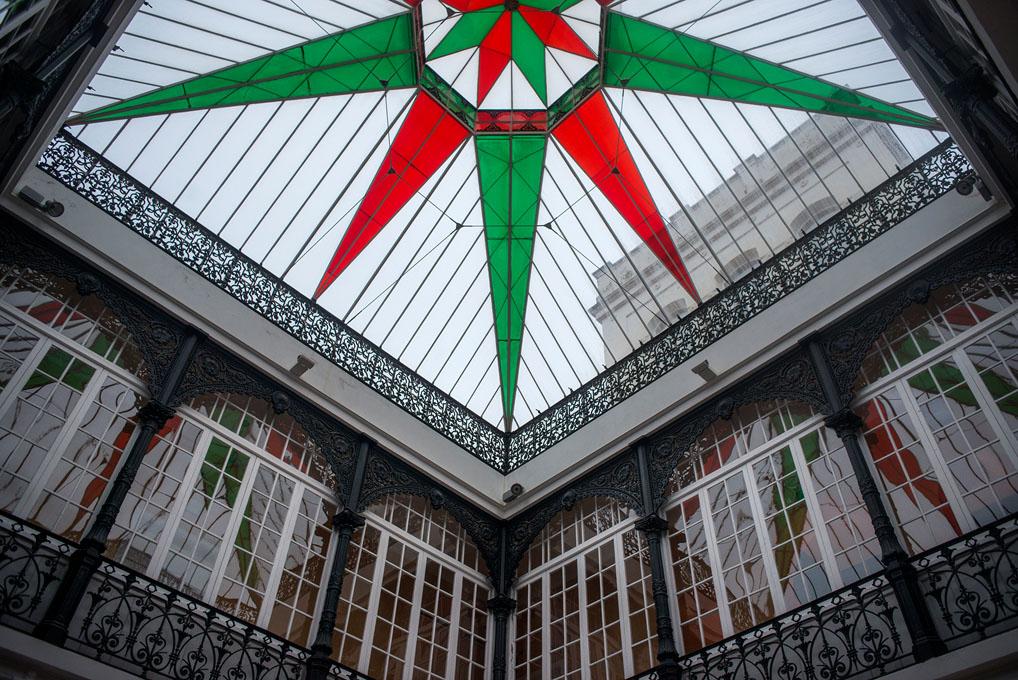 El cerramiento del patio es todo de forja y la vidriera del techo permite la entrada de la luz natural.