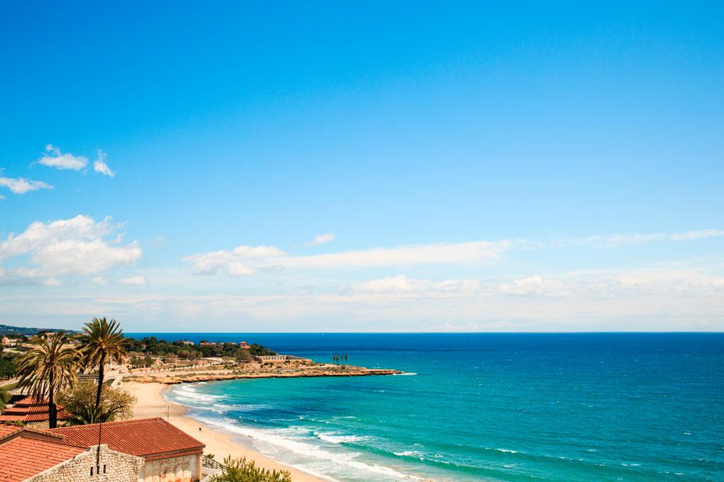 El Mediterráneo con el anfiteatro de Tarragona casi tocando el mar. Foto: shutterstock.com