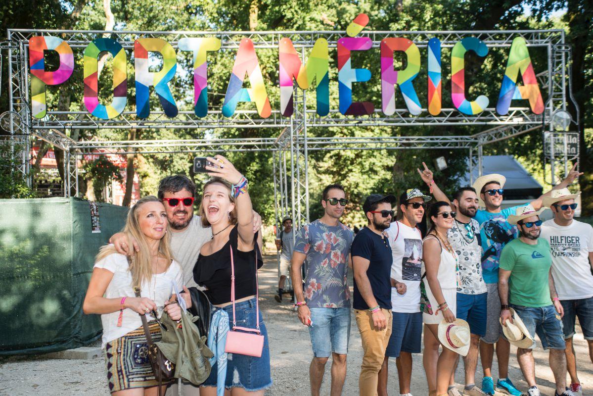 Los festivaleros se fotografían en la entrada al Festival PortAmérica en Caldas de Reis, Pontevedra. Foto: PortAmérica.