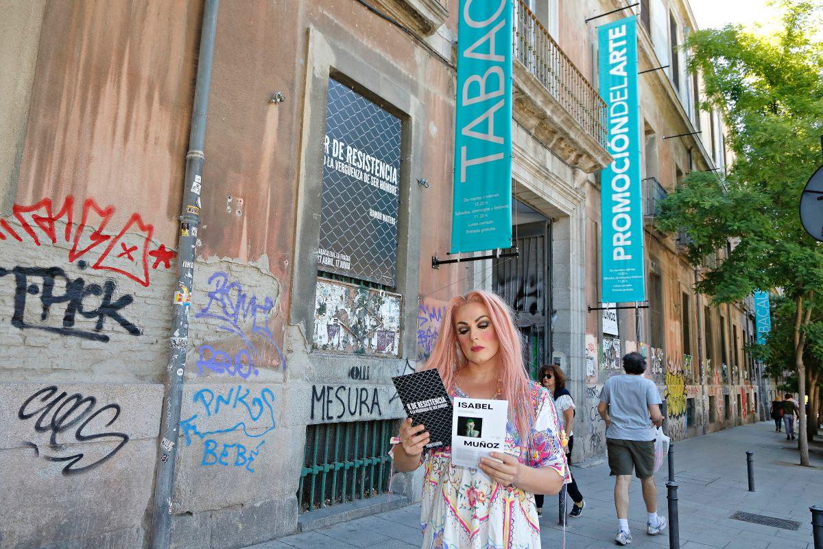 La Prohibida con un folleto de una exposición de fotografía en la entrada de La Tabacalera, en Lavapiés.