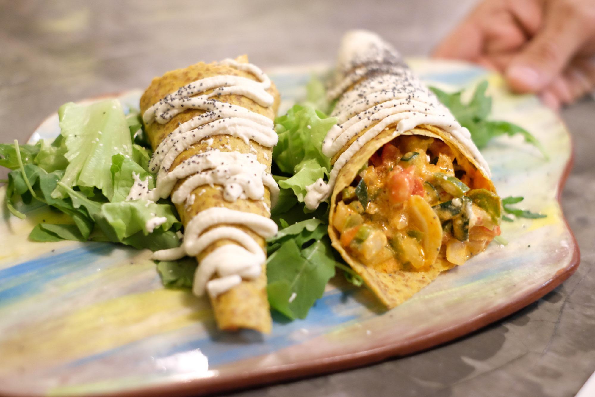 Tacos 'thai' con soja texturizada, pimiento, cebolla y col china.