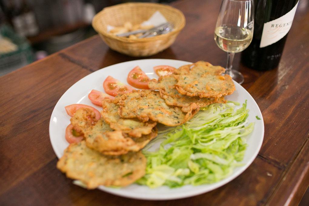 Las tortillas de camarones, una delicia andaluza que aquí no puede faltar.