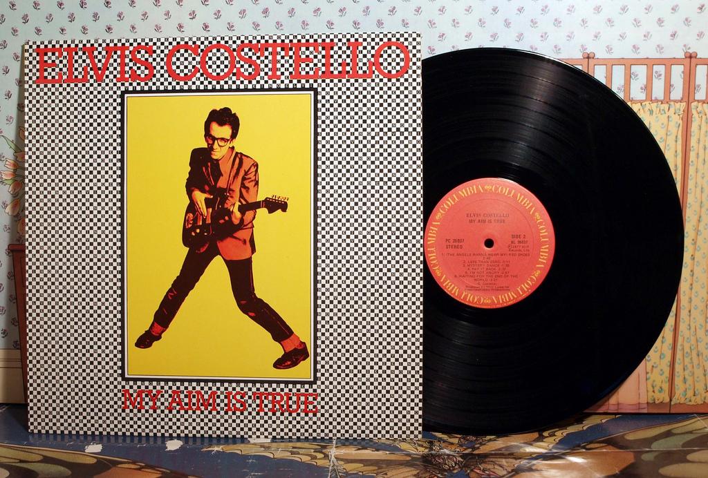 Elvis Costello lleva casi medio siglo siendo una de las caras visibles de la música británica. Foto: Flickr.
