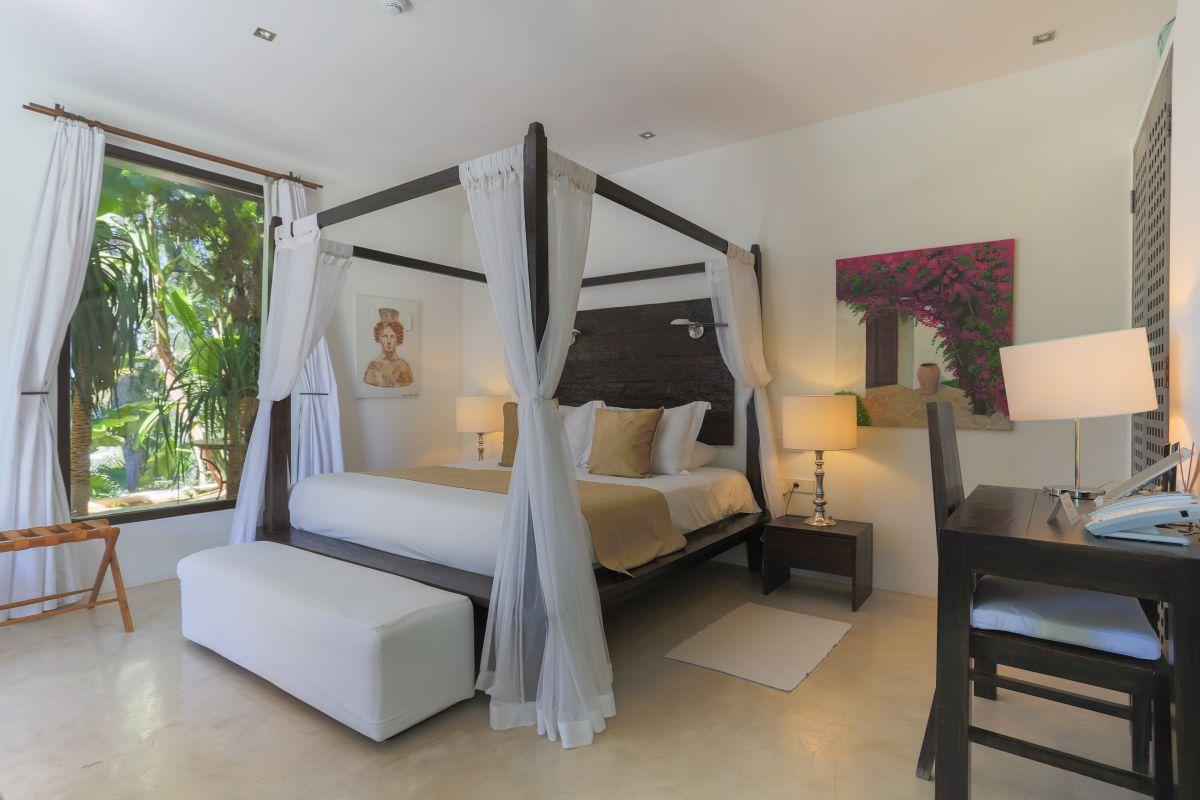 Las habitaciones del 'Agroturismo Atzaró' conservan el estilo ibicenco con pinceladas asiáticas.