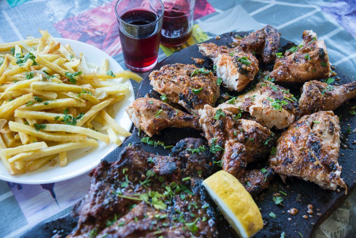 Bandeja de costilar de cerdo y pollo a la parrilla con patatas, plato estrella del guachinche Bodega El Zacatín, en Tenerife.