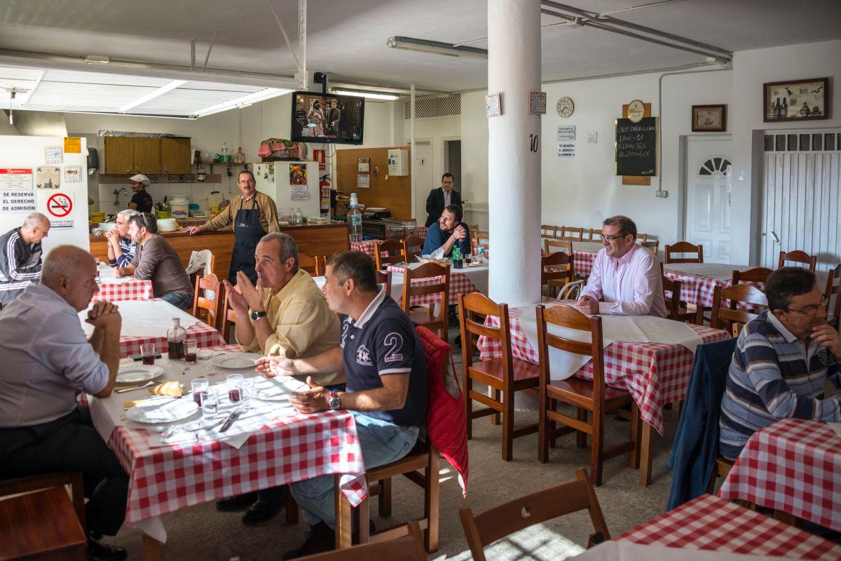 El salón comedor del guachinche Quintero, en Tenerife, lleno de clientes habituales.