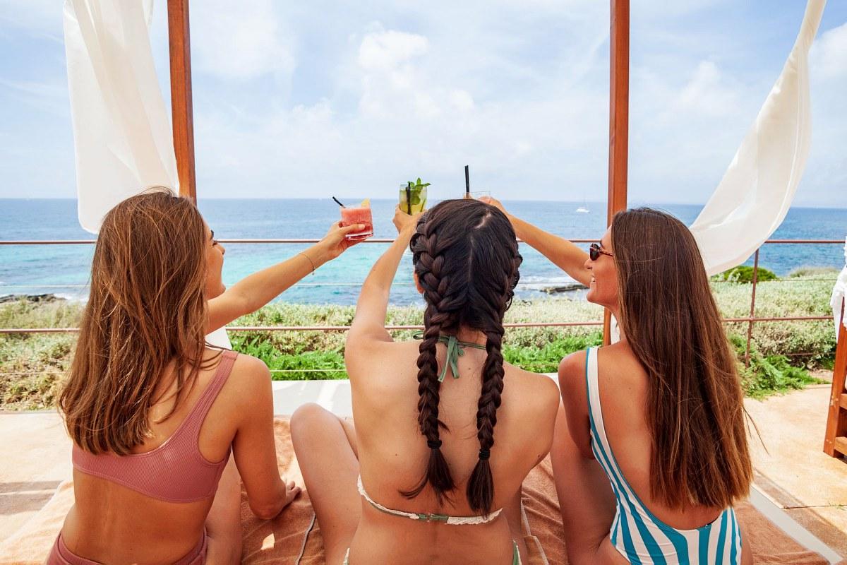 En la zona 'chill out' es posible tomarse una copa con vistas al Mediterráneo. Foto: Facebook.