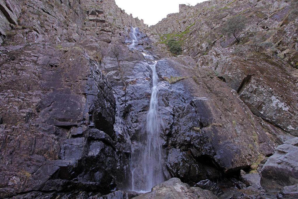 La cascada del Chorro de la Meancera, con sus más de cien metros de caída. Foto: Junta de Extremadura.
